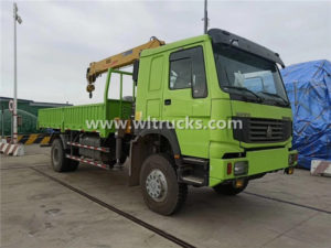 HOWO 4X4 Right Hand Drive 8 Ton Cargo Truck Mounted crane